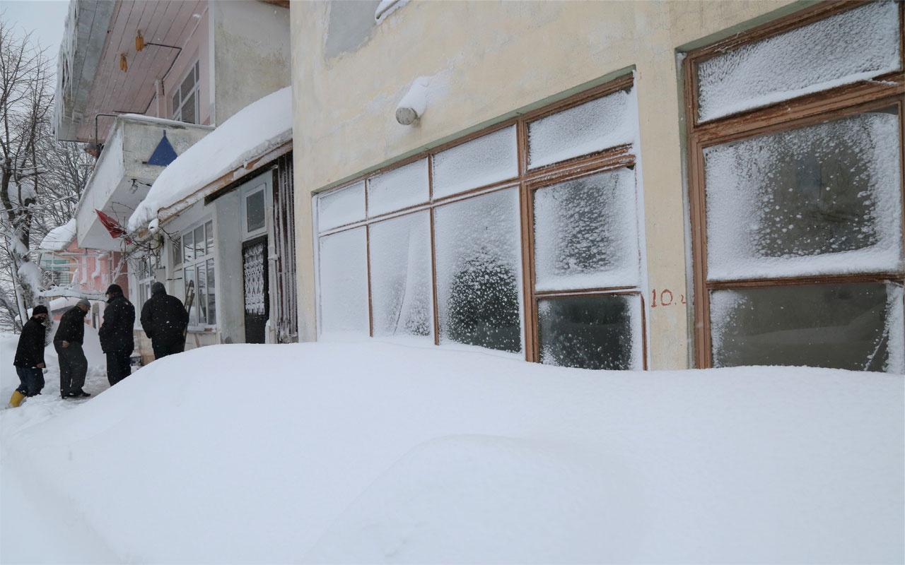 Yoğun kar yağışı Kastamonu'da hayatı felç etti