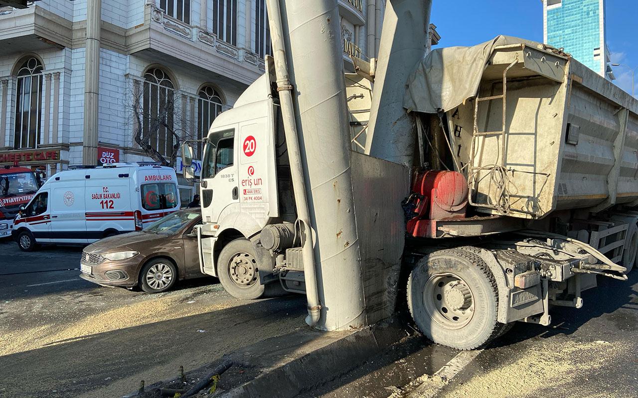 İstanbul'u kilitleyen kaza! Harfiyat kamyonu 5-5'te iki aracı biçti