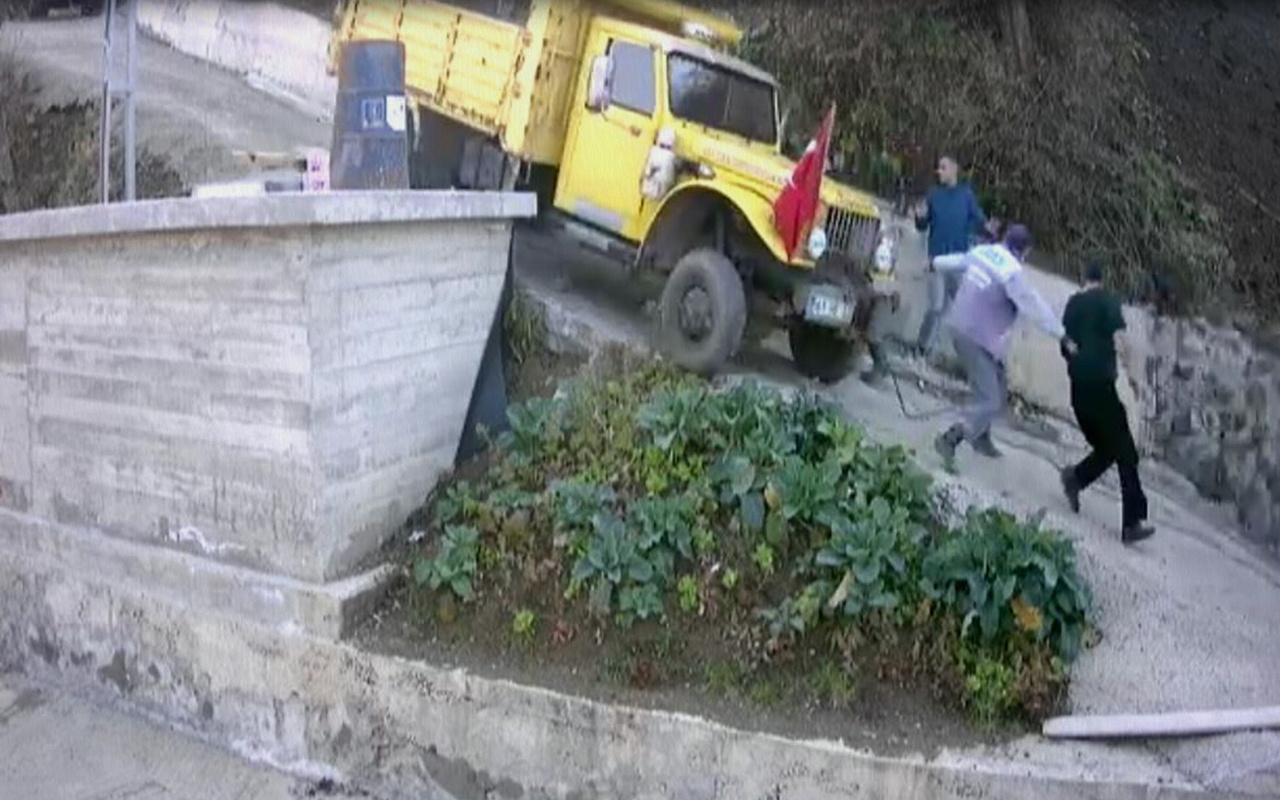 Trabzon'da kayan kamyonun altında kalmaktan son anda kurtuldular