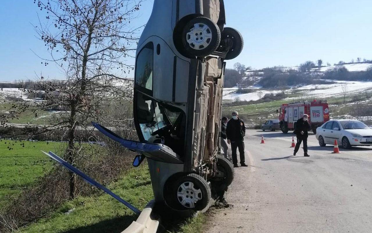 Kandıra'da kaza yapan otomobil dik durdu