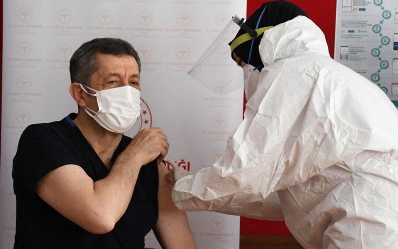 Öğretmenlerin aşılanmasına başlandı! İlk aşıyı Milli Eğitim Bakanı Ziya Selçuk yaptırdı
