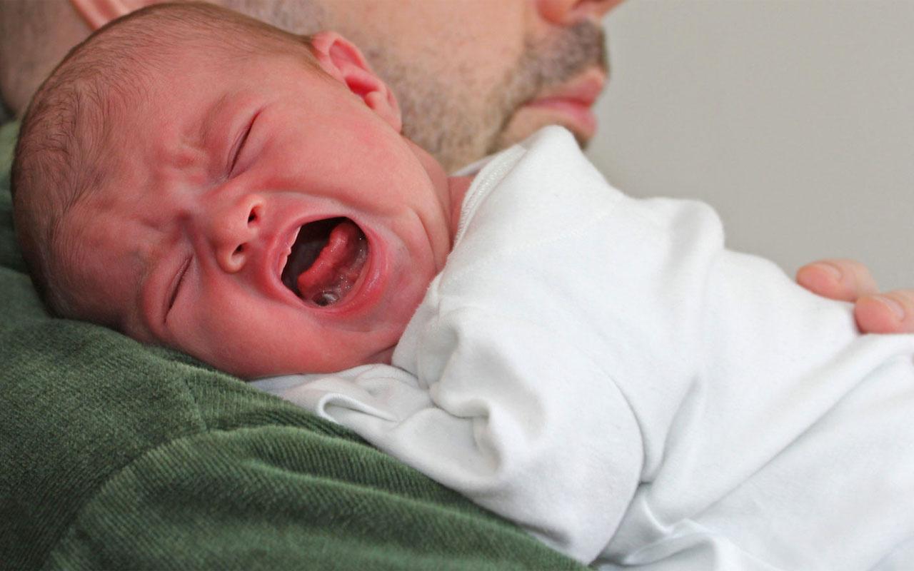 Kolik nedir bebekler sürekli ağlıyor günde 3 saati geçiyorsa kolik olabilir