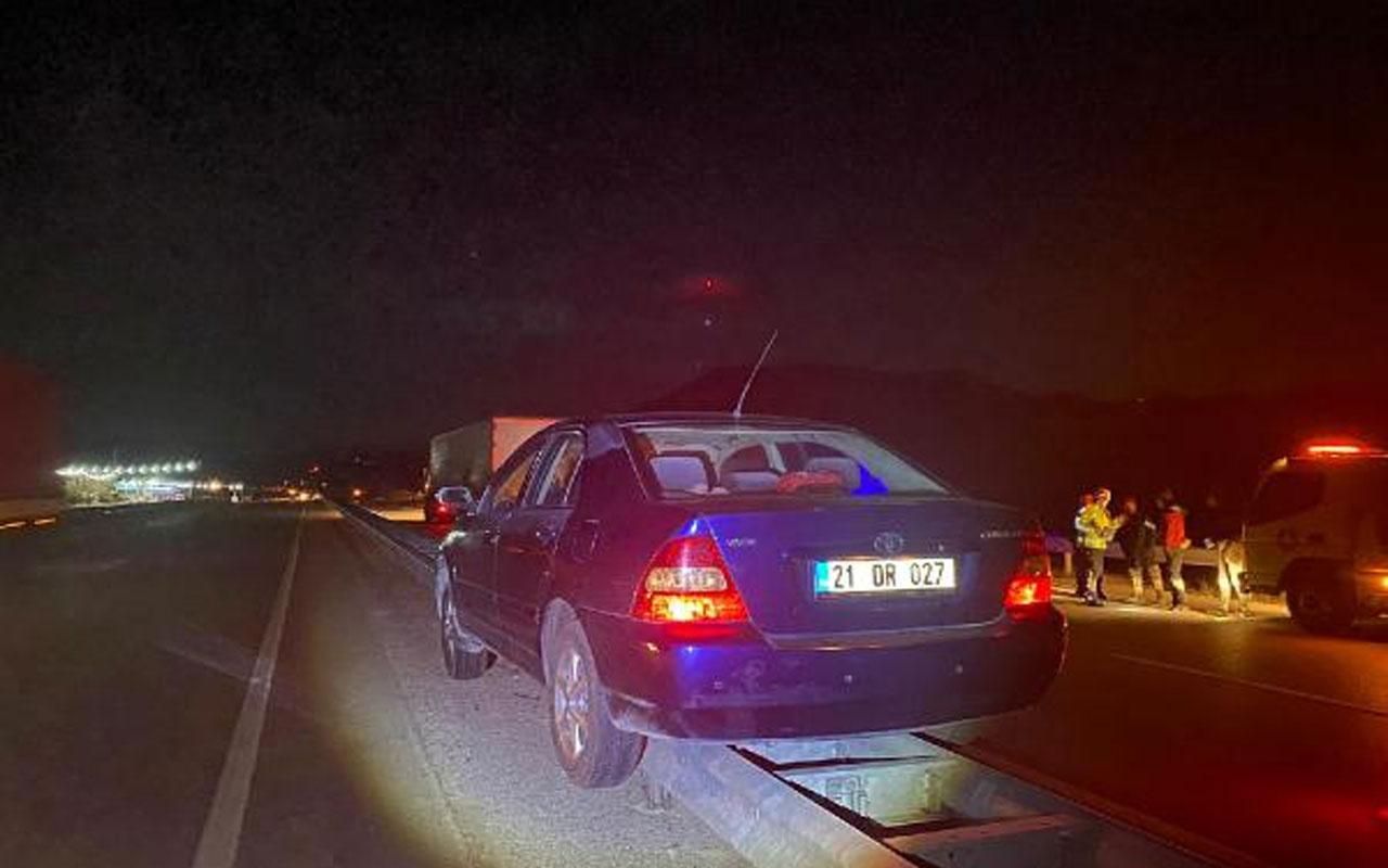 Çorum'da akıllara durgunluk veren kaza! Bariyerlerin üzerine çıkan otomobil 800 metre ilerledi