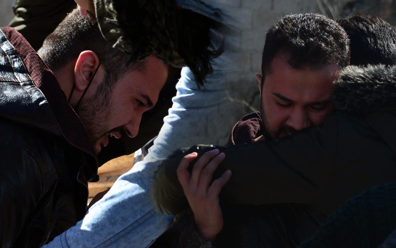 Adana'da bir genç ölen kardeşinin yüzüne son kez bakıp gözyaşı döktü