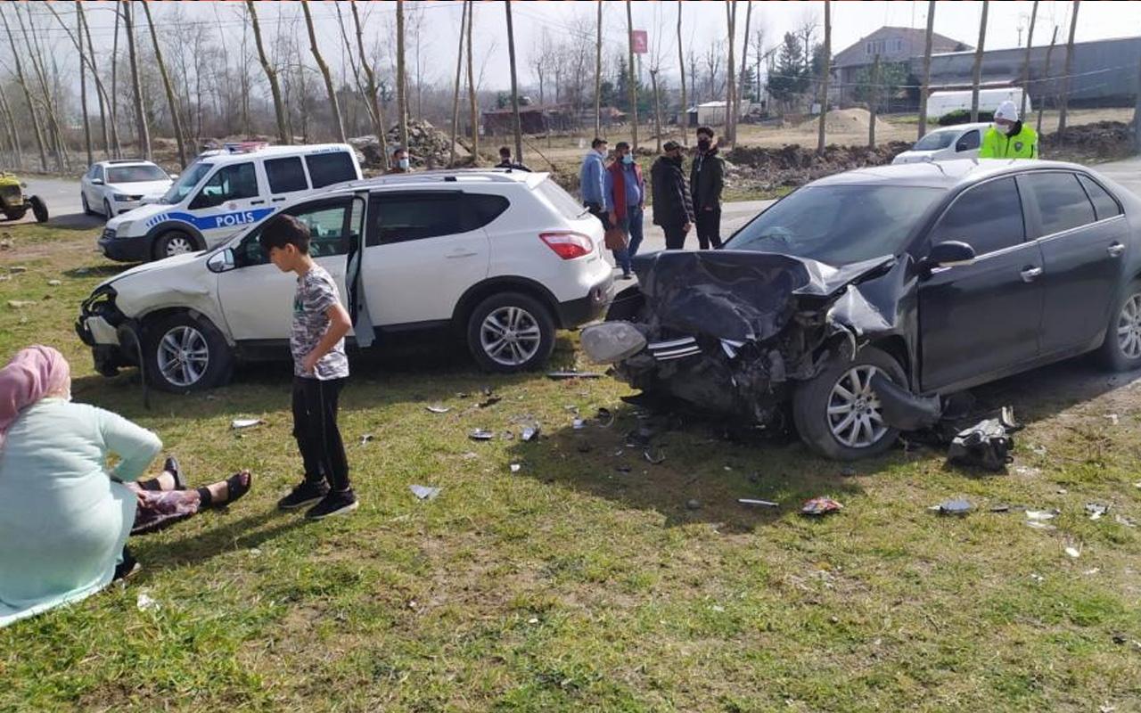 Sakarya'da feci kaza! İki araç kafa kafaya çarpıştı: Ayakları kırıldı