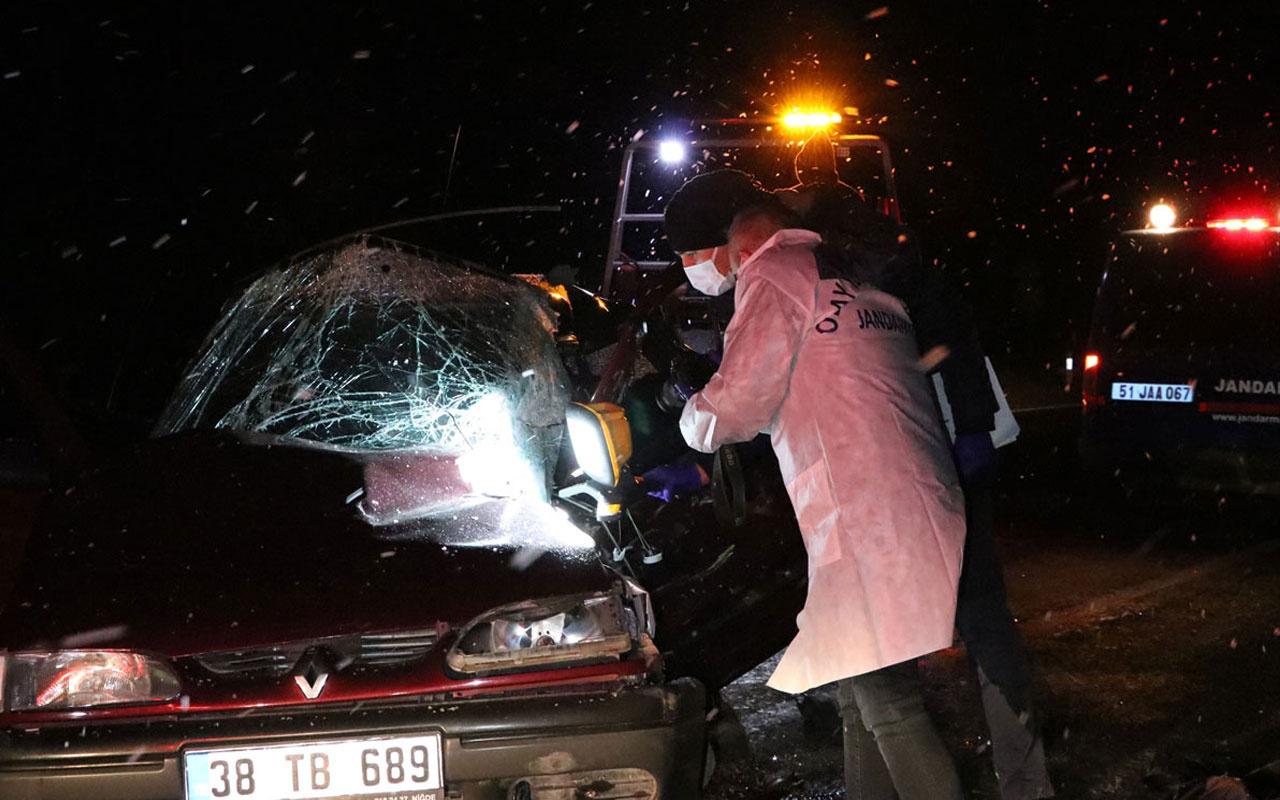 Niğde'de feci kaza! Otomobil kamyonete arkadan çarptı 1 kişi hayatını kaybetti