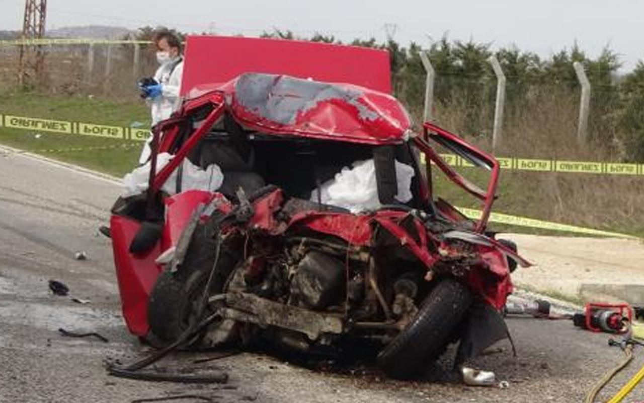 Kırklareli'nde otomobil ve kamyon çarpıştı araç hurdaya döndü! Ölüler var