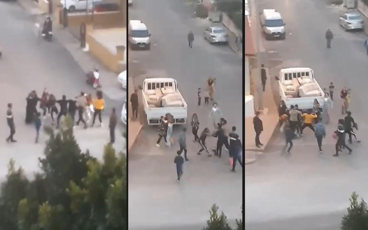 Antalya'da saç saça baş başa yumruklarla birbirine girdiler: Savaşıyor