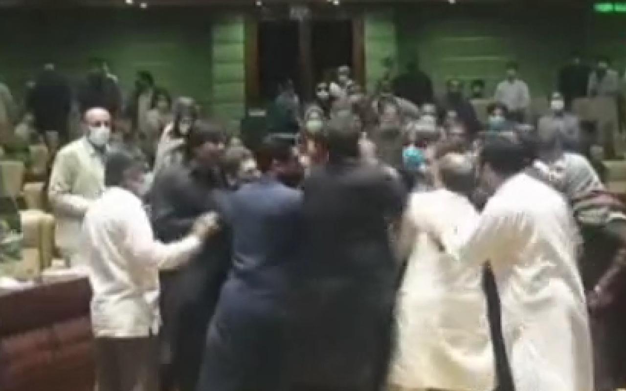 Meclis bir anda karıştı! Vekiller yumruklarla birbirine saldırdı