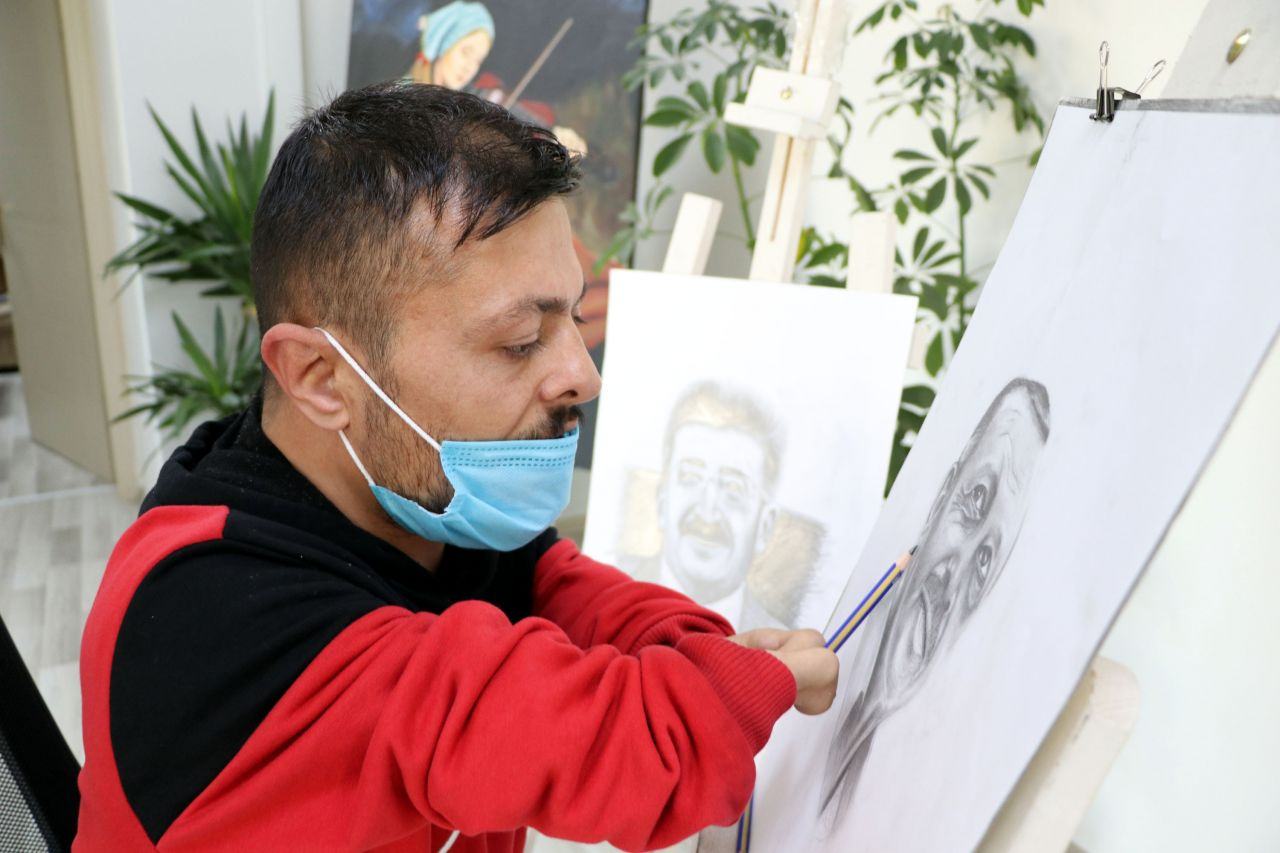 Muhtar babası şehit edildi! Elleri olmayan Vanlı ressamdan 'Erdoğan' portresi