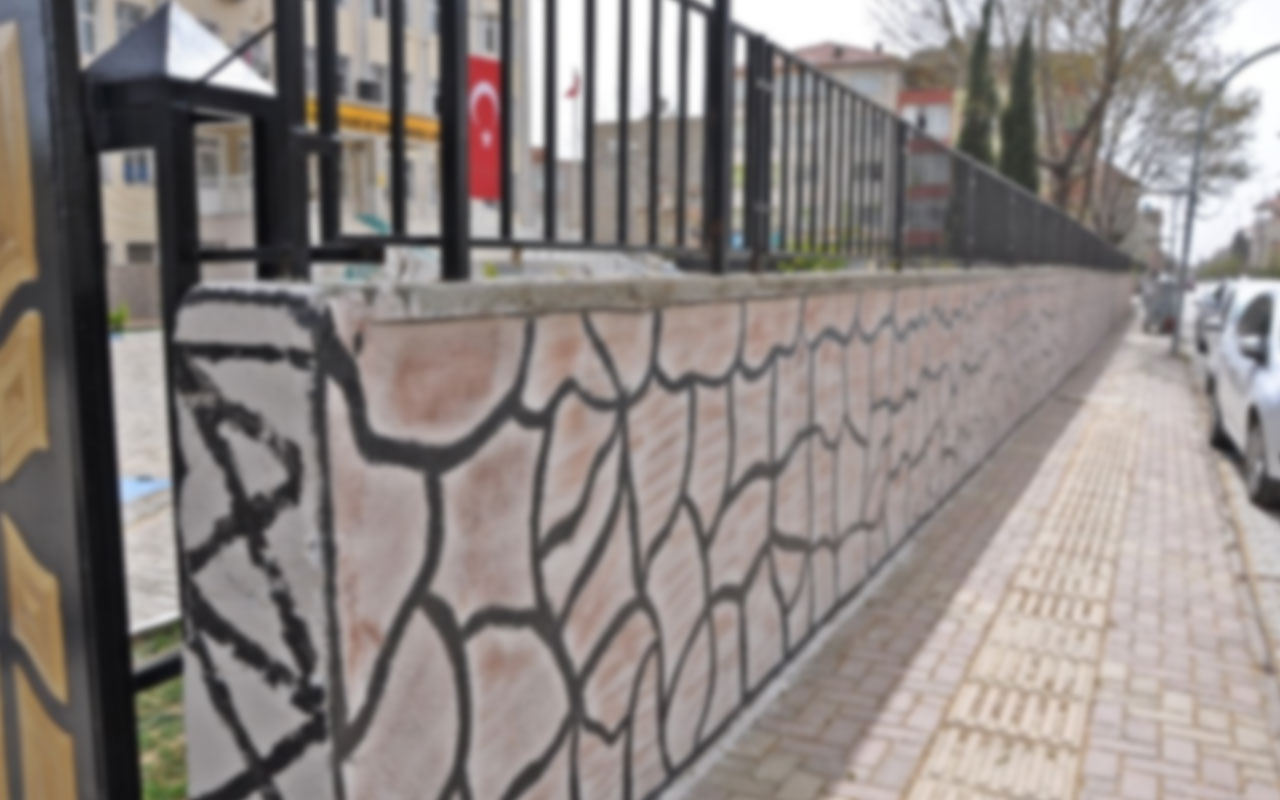 Adana'da feci olay! İlkokulun yıkılan avlu duvarının altında kalan çocuk yaşamını yitirdi