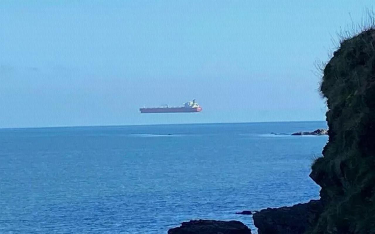 İngiltere'de çekilen uçan gemi fotoğrafı herkesi şaşırttı