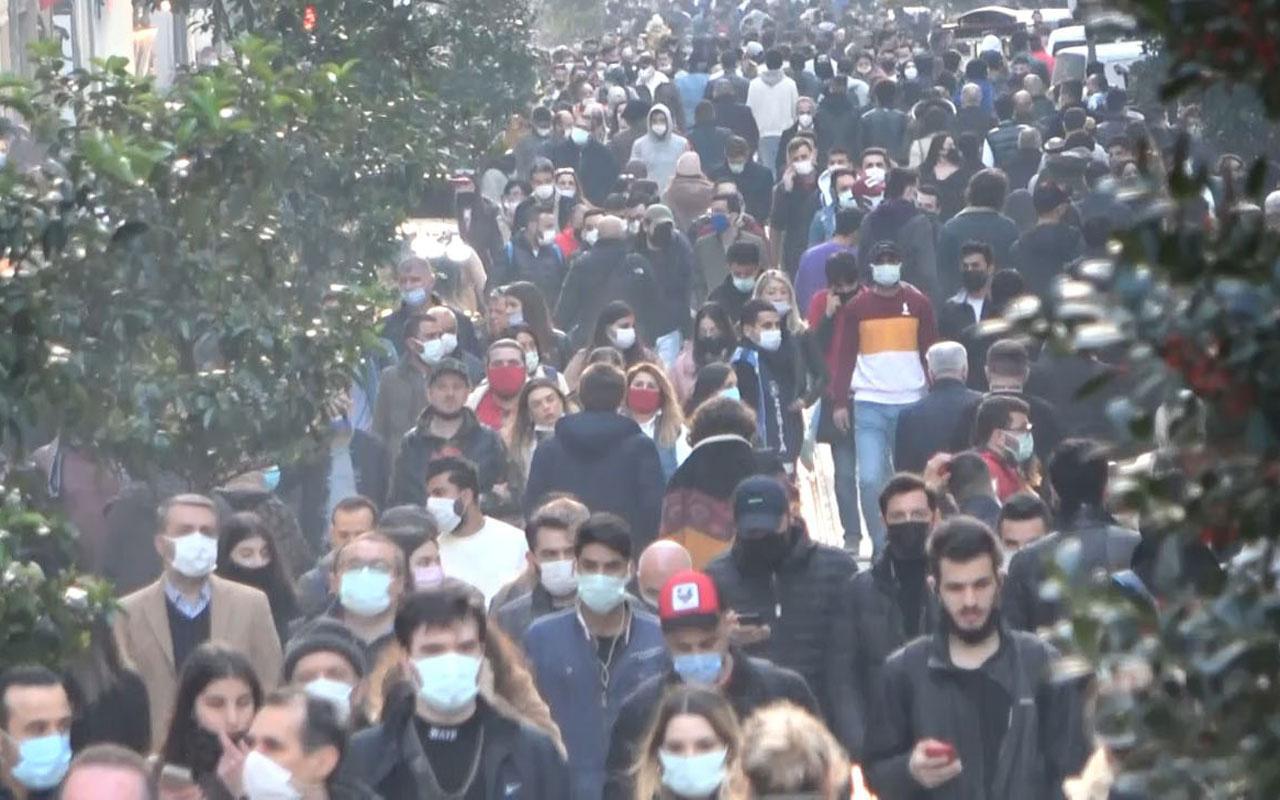 Kısıtlamaların esnetilmesi sonrasında İstiklal caddesinde insan seli