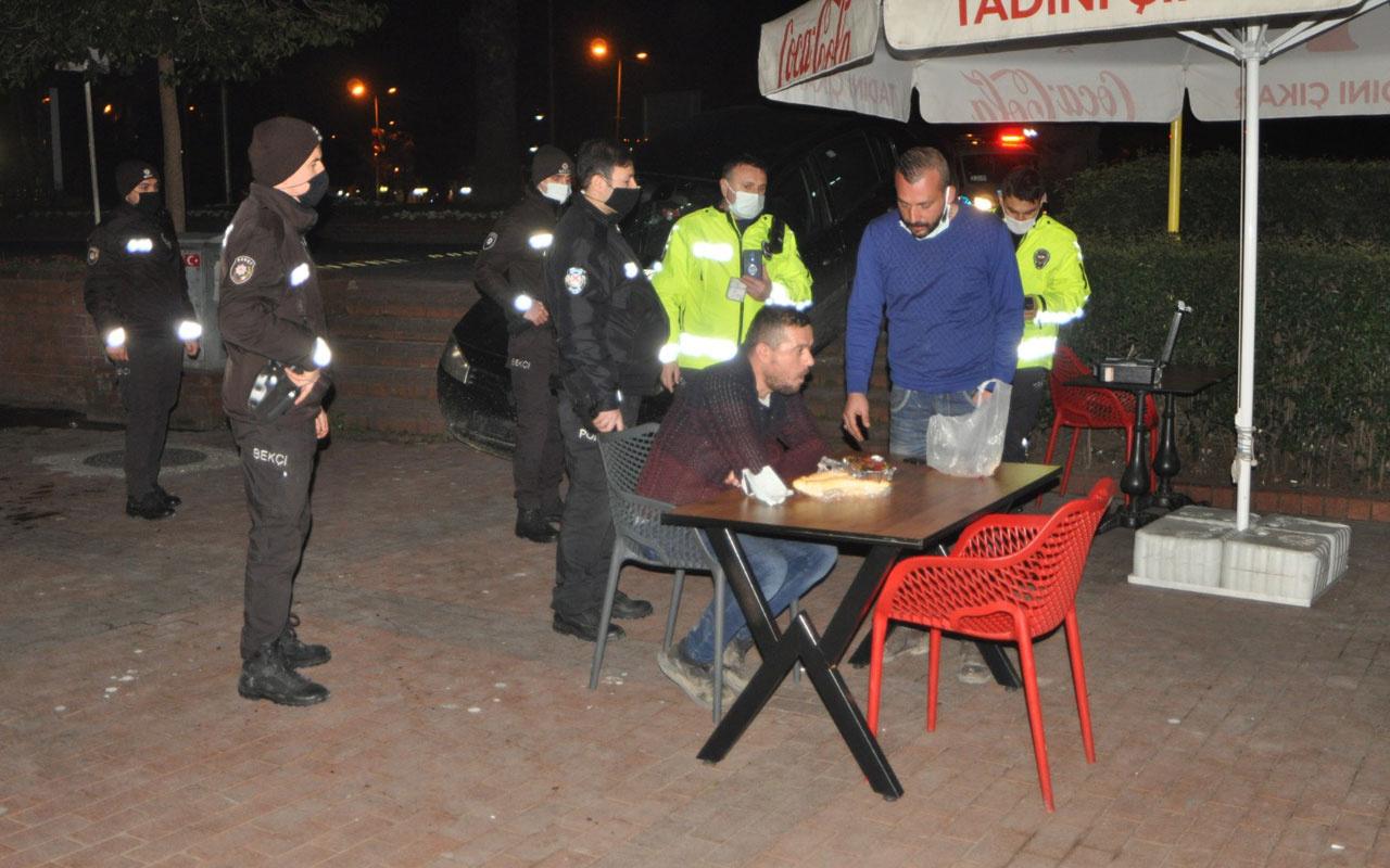 Zonguldak'ta kazalı araçtan çıkan iki arkadaş restoranda döner yedi