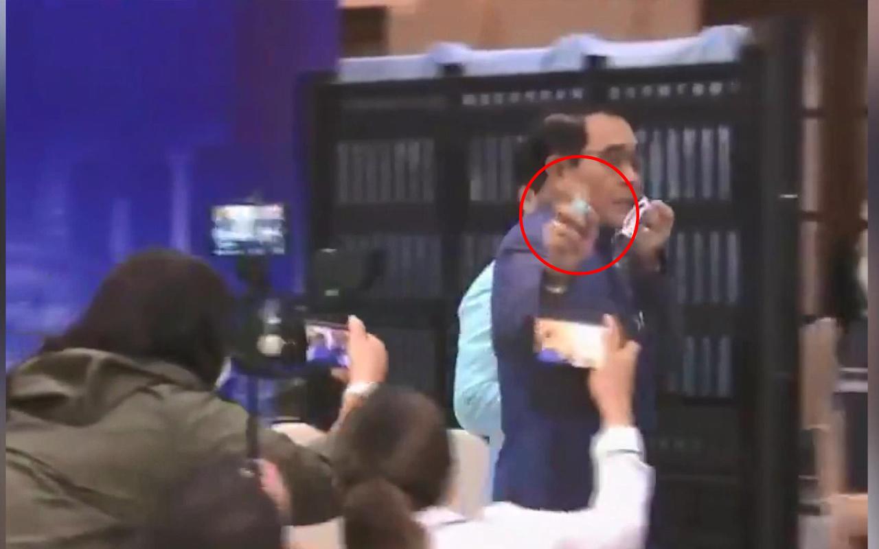 Gazeteciler şaşkına döndü! Tayland Başbakanı muhabirlere doğrultup sıktı