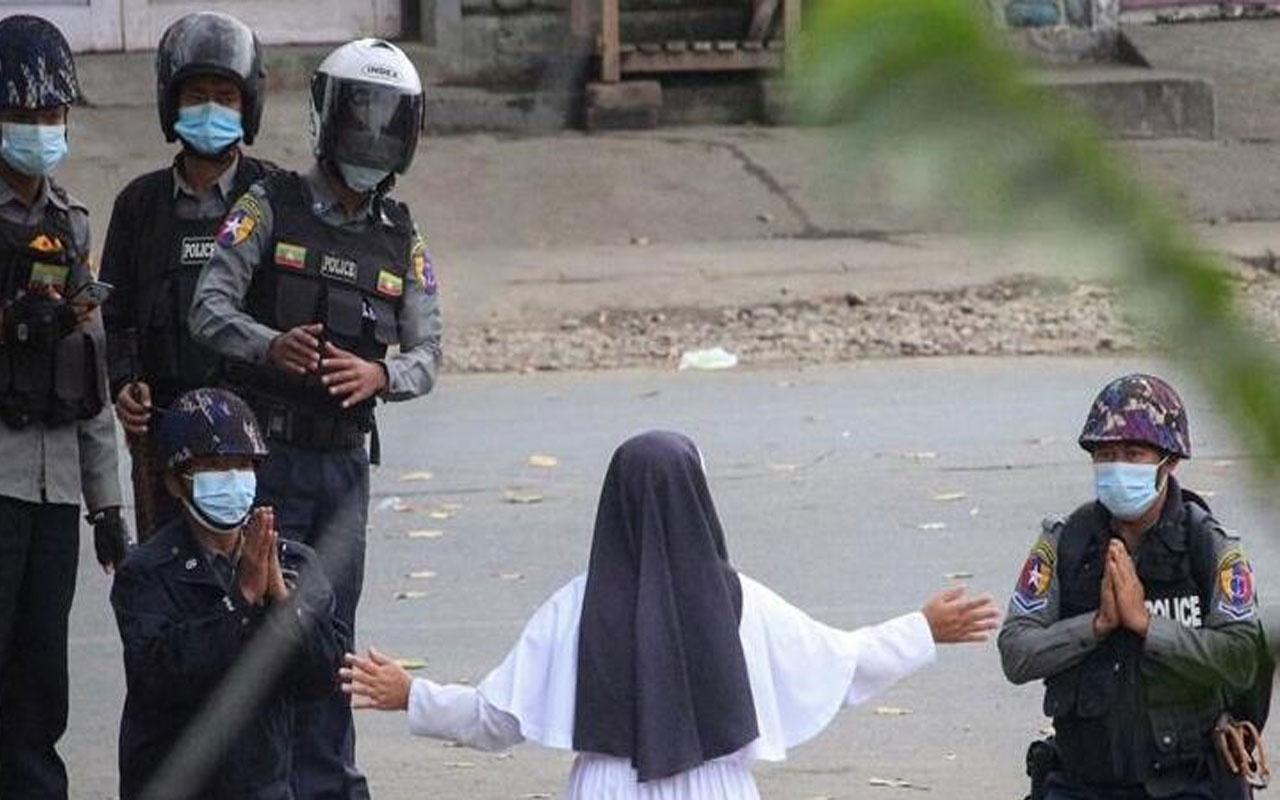 Dünyanın konuştuğu fotoğraf! Myanmar'da rahibe diz çöküp polislere yalvardı