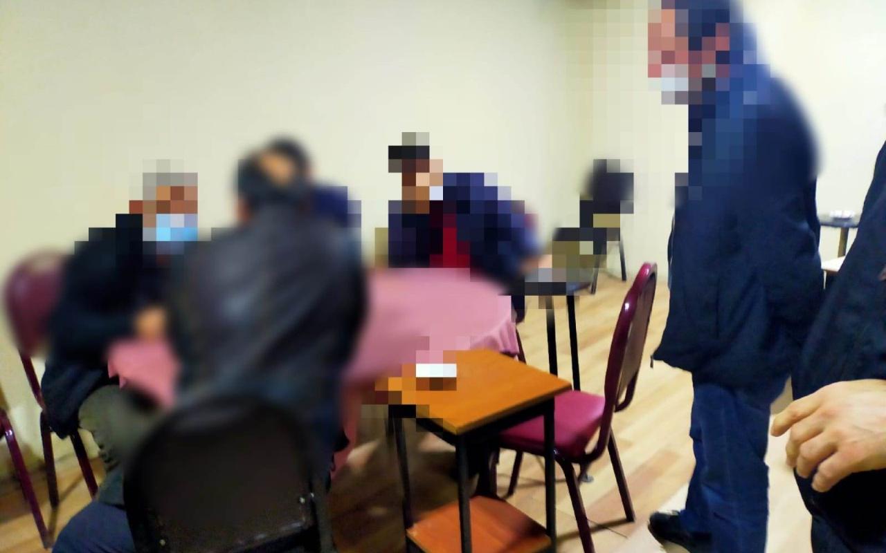 Sakarya'da kapalı olması gereken kıraathanede 28 kişi yakalandı