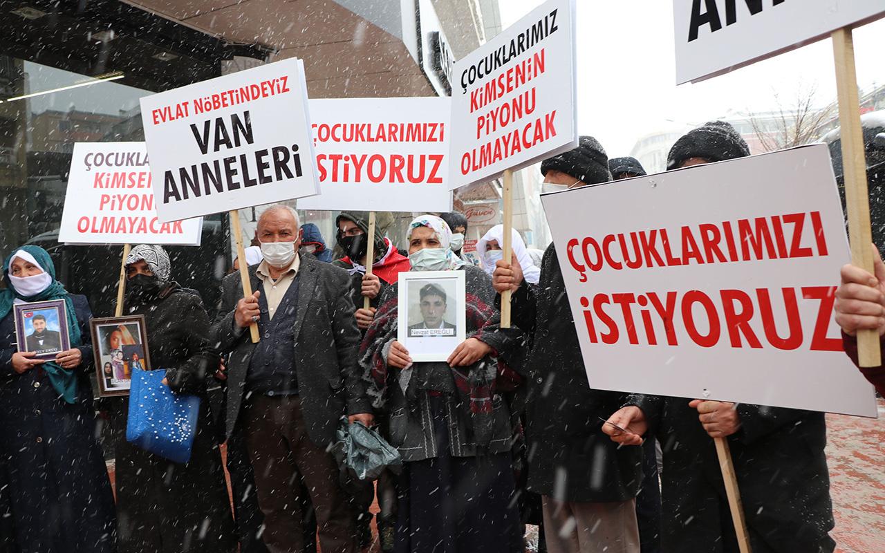 HDP'liler Van'da kar yağışı altında süren evlat eylemini engellemeye çalıştı