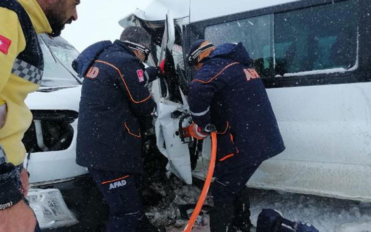 Bitlis'te iki minibüs kafa kafaya çarpıştı! 17 yaralı var