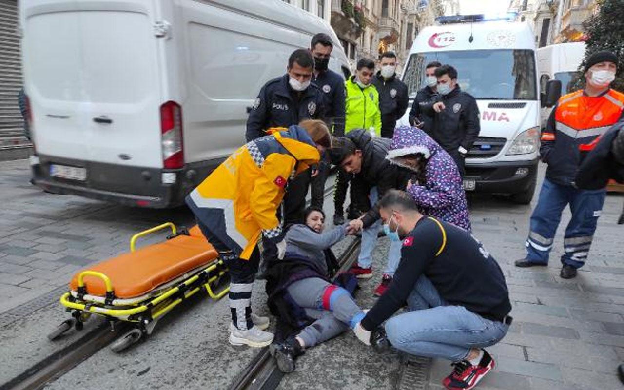 İstiklal Caddesi'nde 3 kişinin bindiği motosikletle temizlik aracı çarpıştı