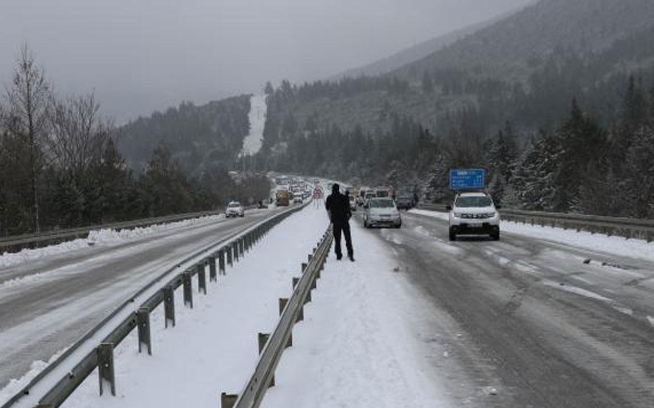 Antalya-Denizli kara yolu yoğun kar yağışı nedeniyle ulaşıma kapandı