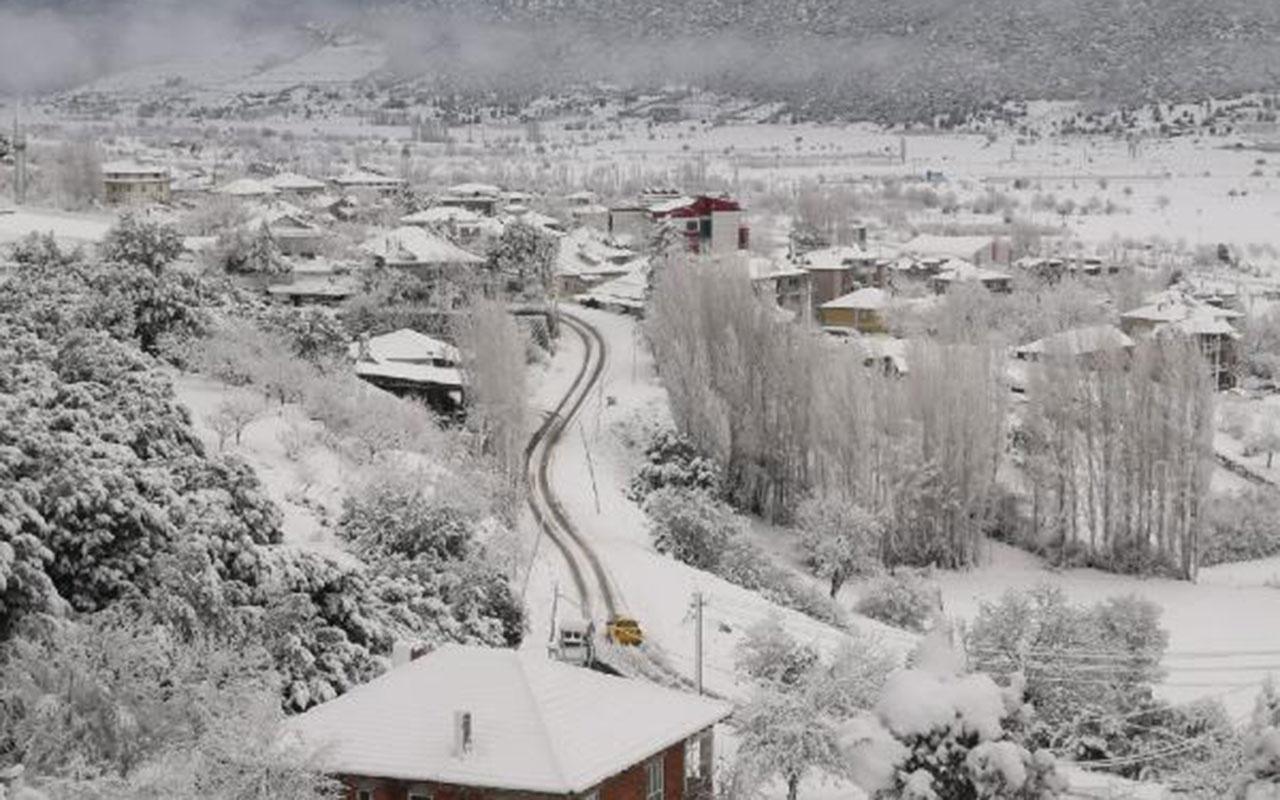 Kar yağışı Antalya-Denizli kara yolunu ulaşıma kapattı