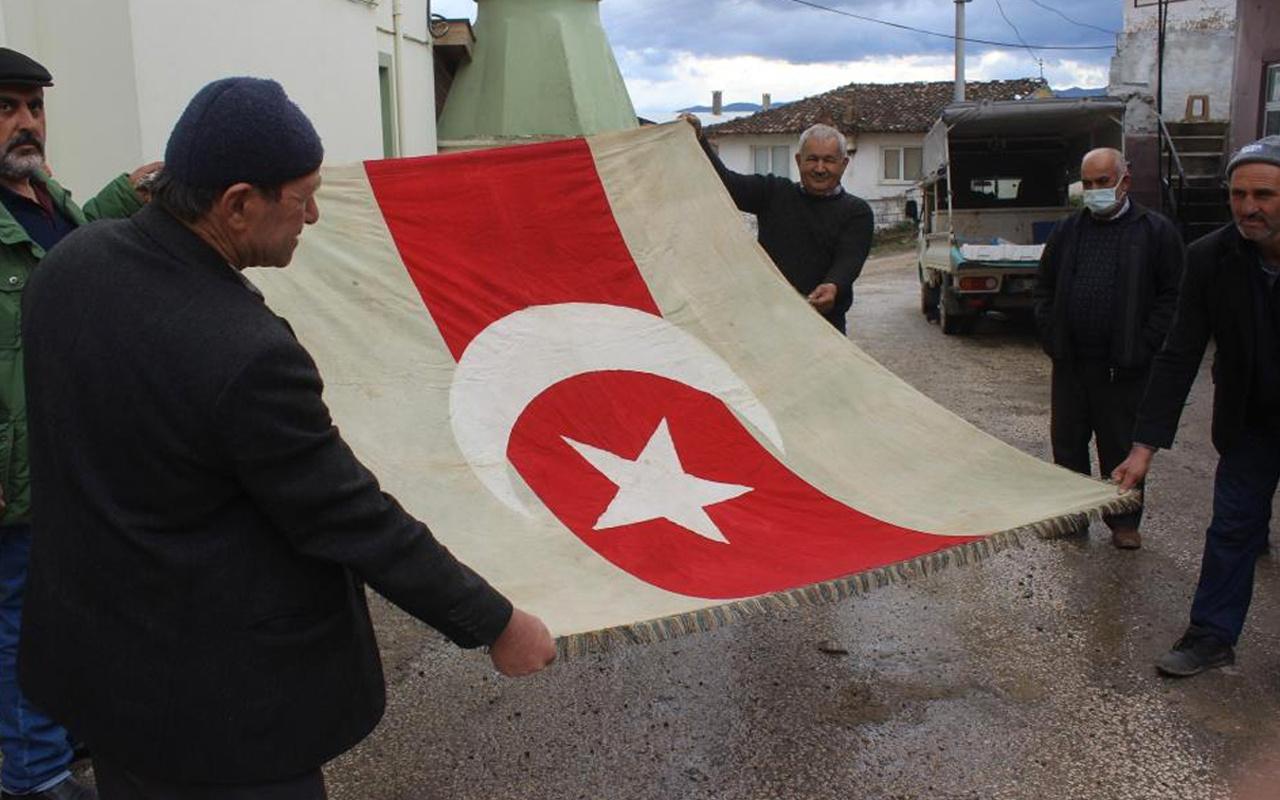 Bursa'da köylüler dedelerinden kalan 300 yıllık bayrağa gözleri gibi bakıyor