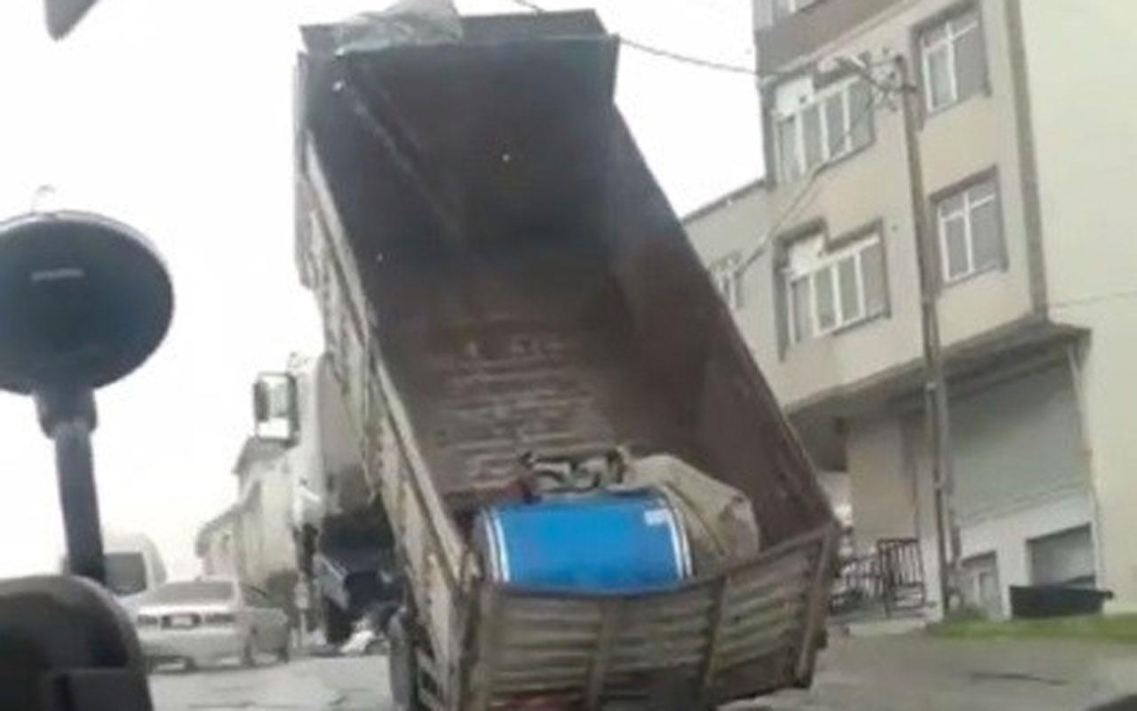 Yokuş yukarı giden kamyon yükü ağır gelince şaha kalktı