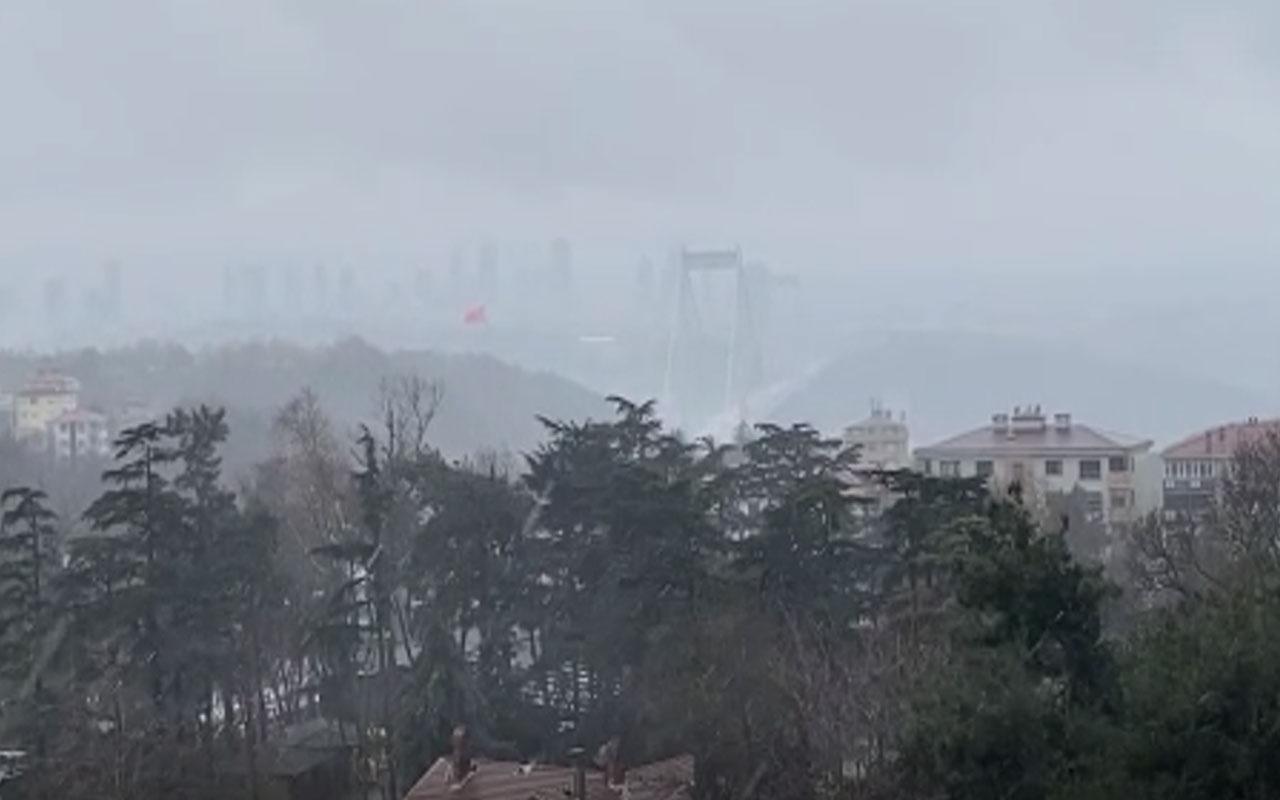 İstanbul'da hava bir anda karardı! Dolu fena vurdu arkadan kar geliyor