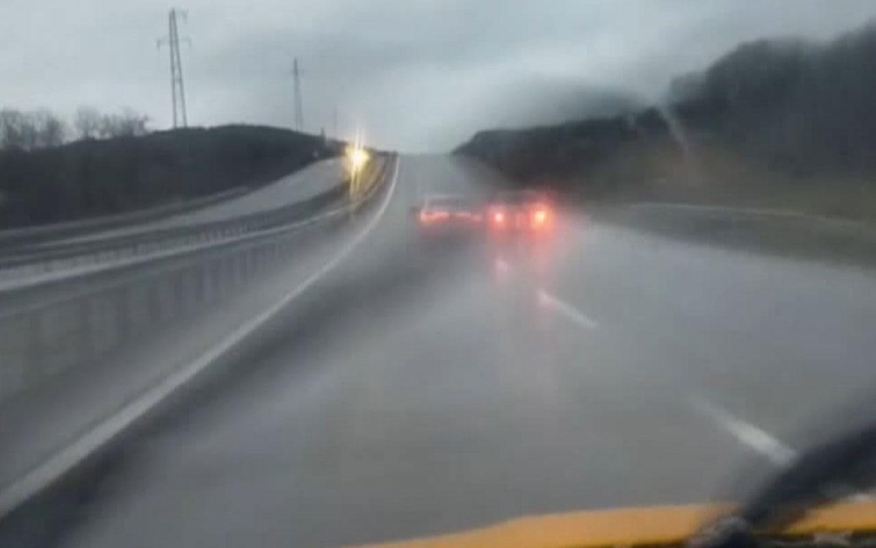 Şile'de boş yolda tehlikeli inatlaşma! Araçlarını birbirine çarptırarak ilerlediler