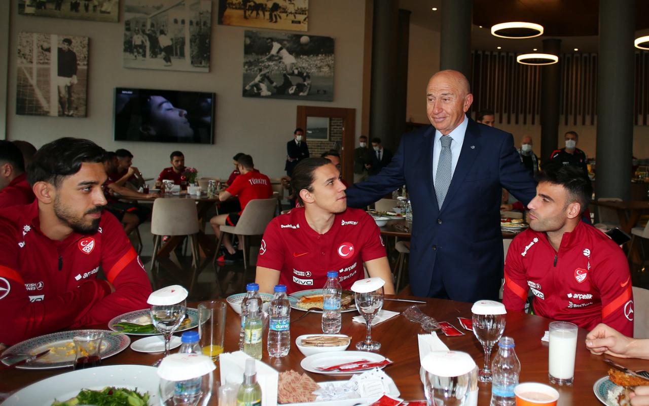 Nihat Özdemir'den Milli Takıma ziyaret