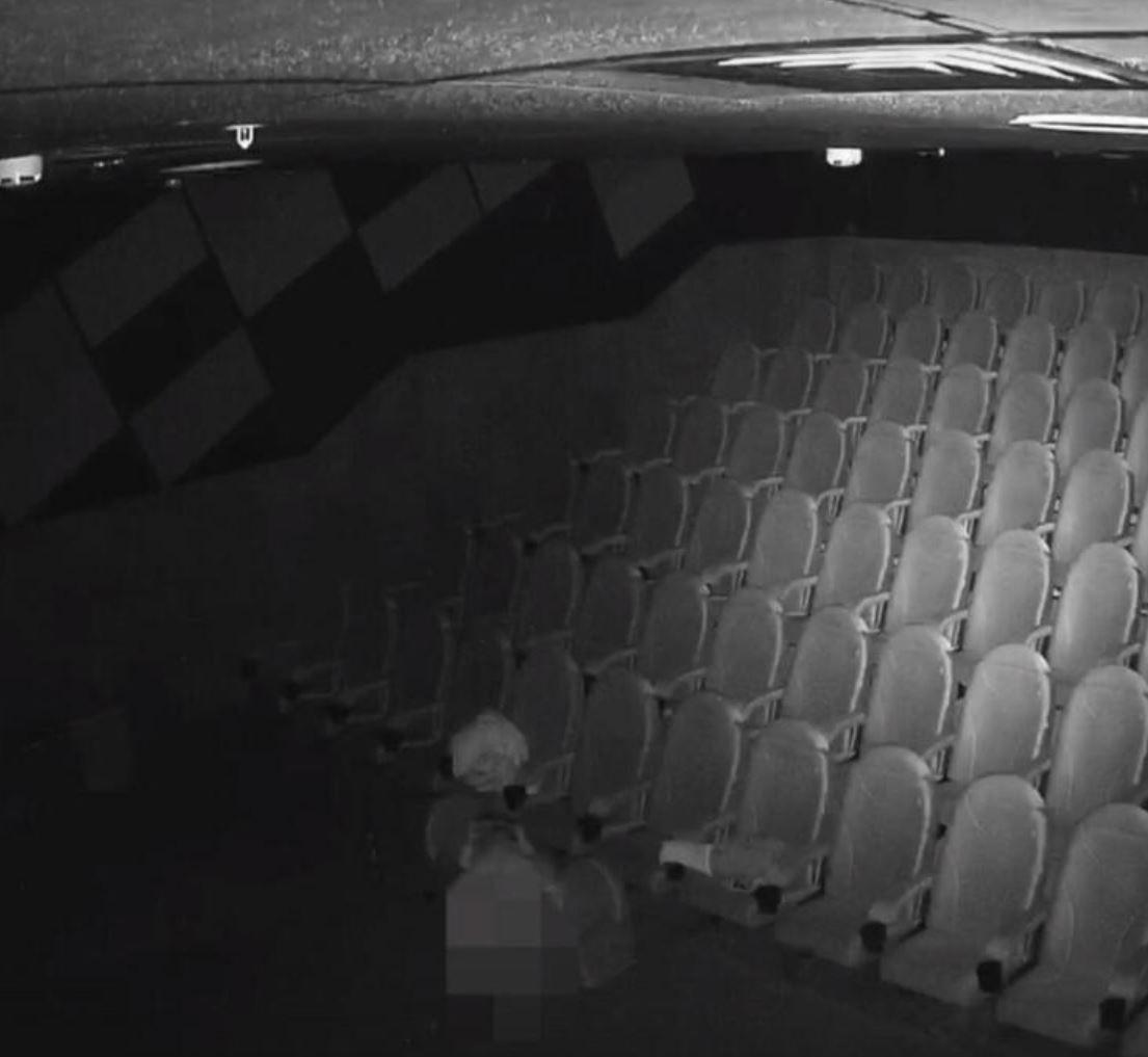 Sinemada rezalet! Kamerayı izleyen güvenlik şaşkına döndü