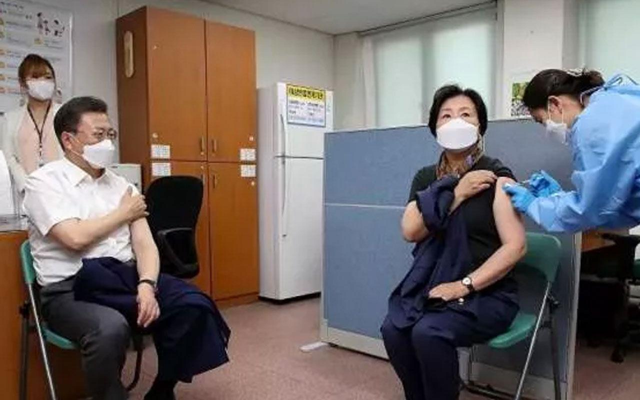 Güney Kore Cumhurbaşkanı Jae-in ve eşi Astrazeneca'nın koronavirüs aşısınıoldu