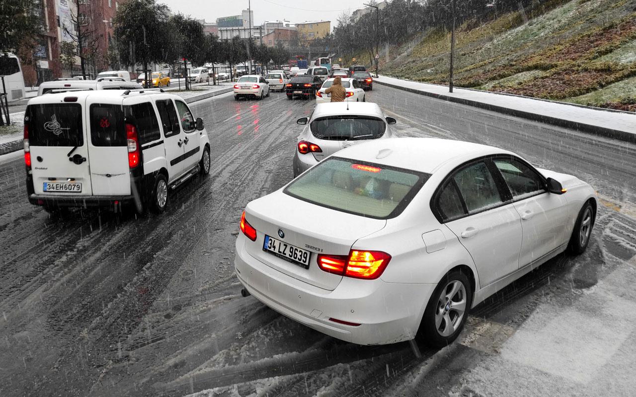 Şişli'de kar yağışı trafikte yoğunluğa neden oldu