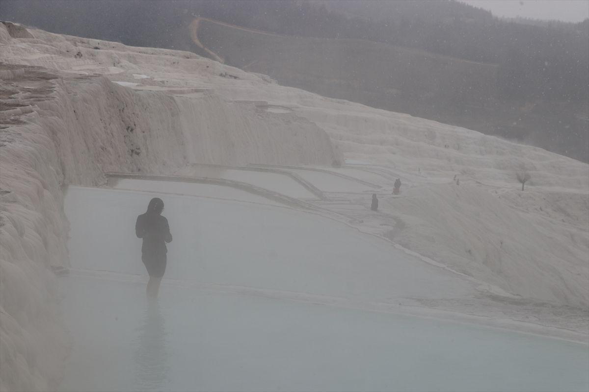 Denizli Pamukkale'deki turistler kar yağarken antik havuzun keyfini çıkardı