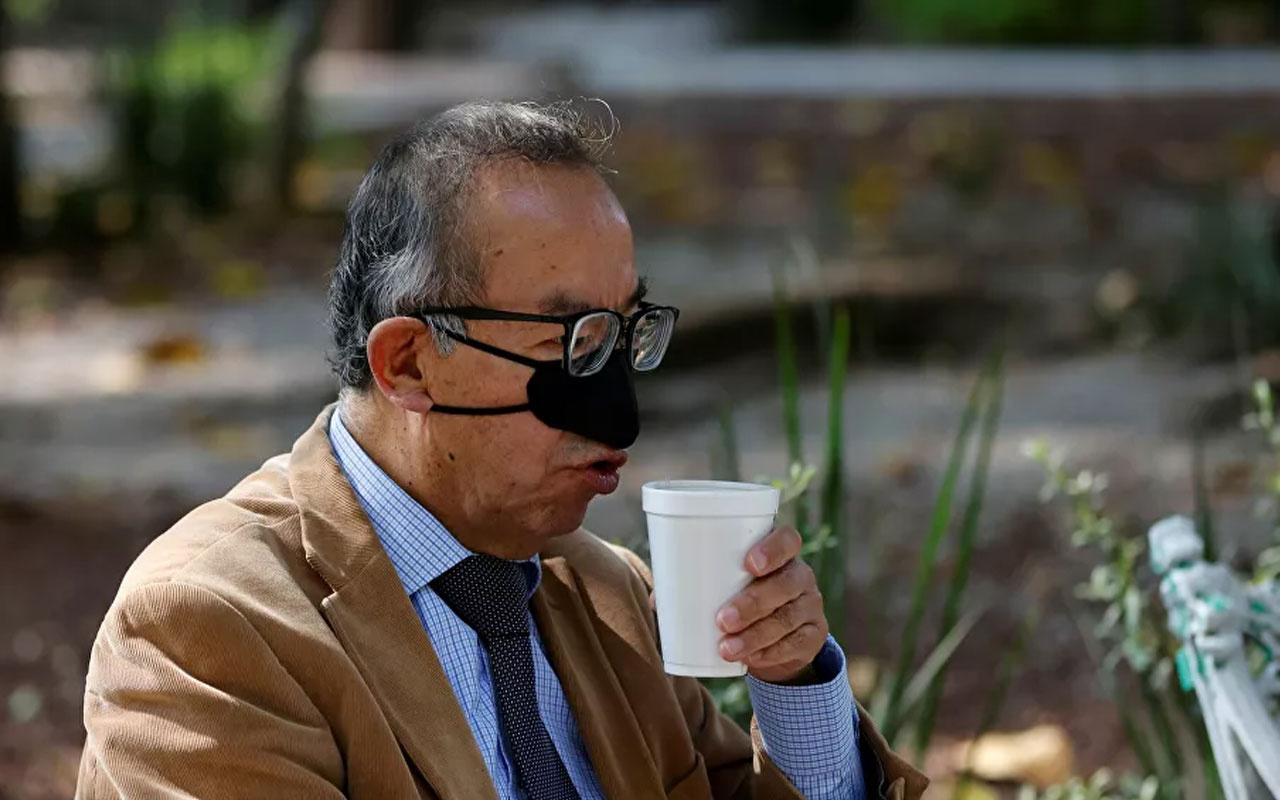 Sadece yemek yerken takılıyor! Meksika'daki araştırmacılar burun maskesi tasarladı