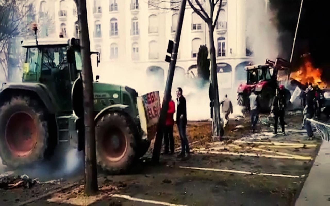 Fransa'da ayaklanan çiftçiler traktörlerini polisin üzerine sürdü