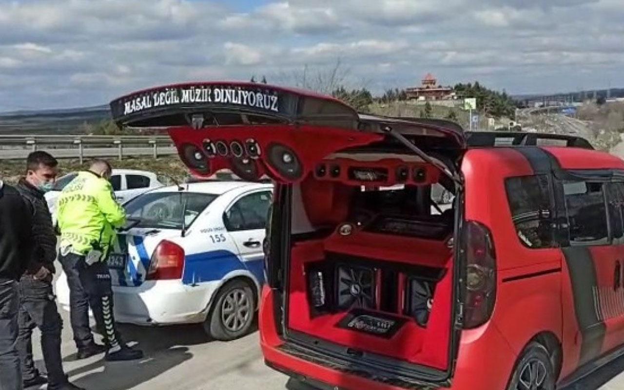 Denetlemeye takılan aracın ses sistemi polisi şaşkına çevirdi