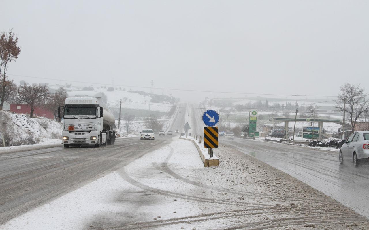 Manisa'da kar sürprizi! 4 ilçede hayat felç oldu