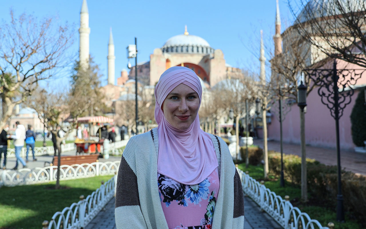 İngiliz Aisha Rosalie Sultanahmet Camisi'ne çekinerek girdi etkilenip Müslüman oldu