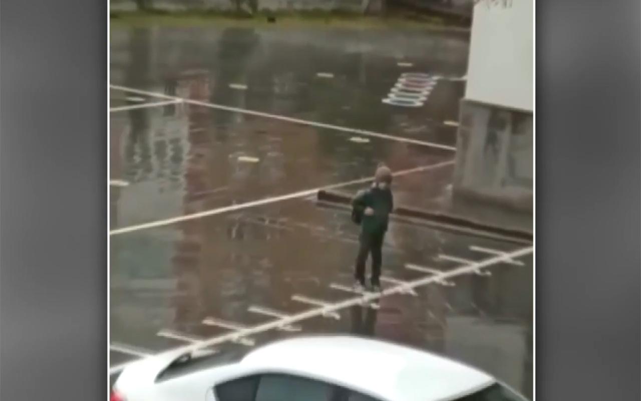 Niğde'de 8 yaşındaki çocuğun yağmur altında İstiklal Marşı okuduğu anlar