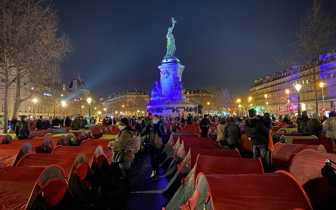 Düzensiz göçmenler Paris'in ortasında hükümete tepkilerini göstermek için kamp kurdu