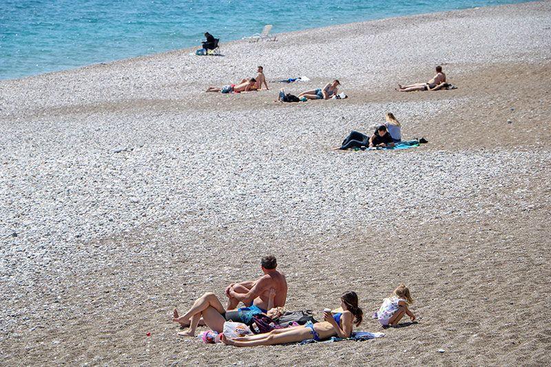 Antalya sahillerinde dikkat çeken görüntü! Polis tek tek pasaportlarına baktı