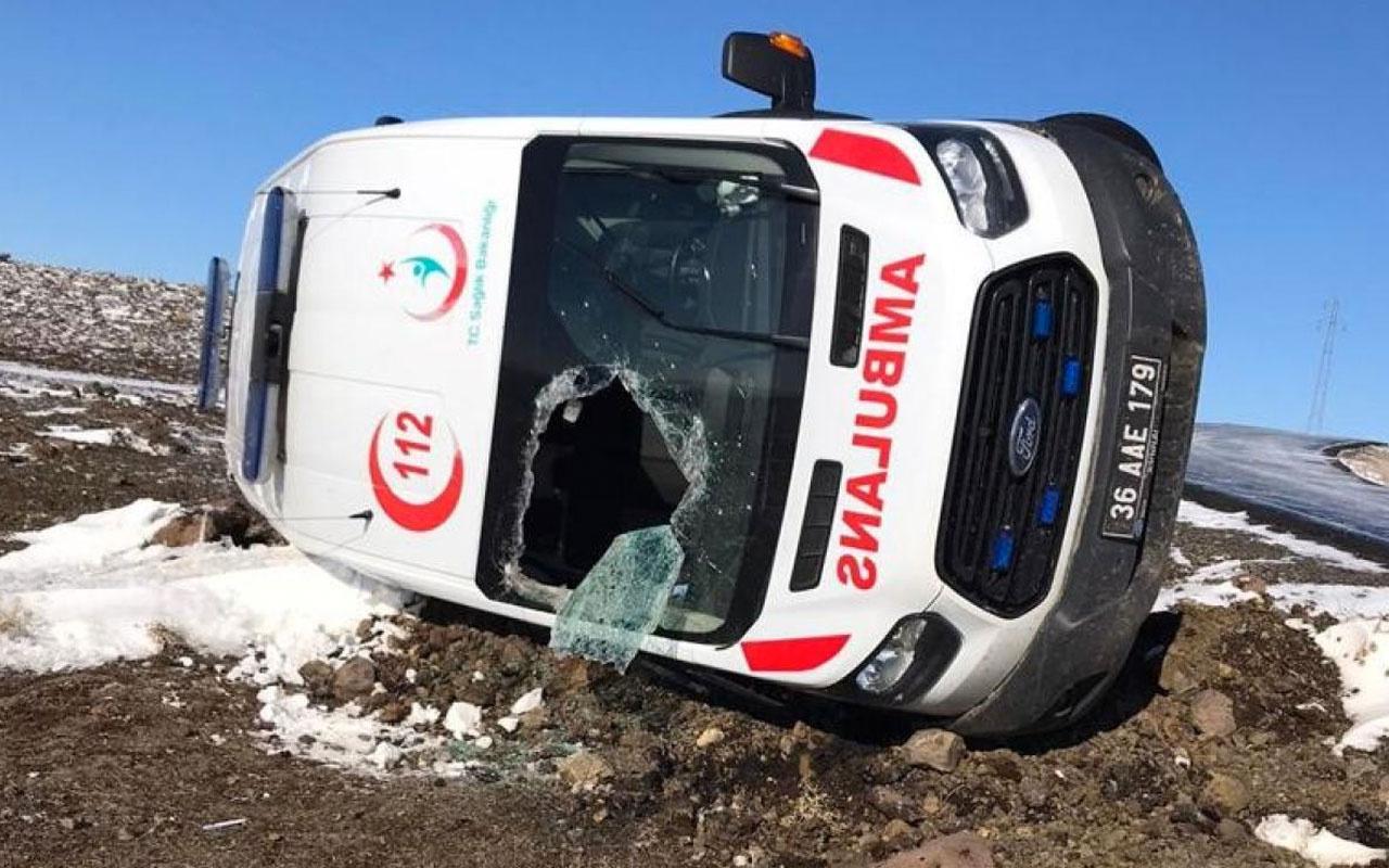 Kars'ta hasta almaya giden ambulans takla attı: 3 yaralı
