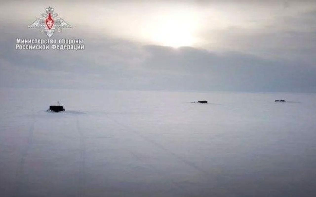 Donanma tarihinde bir ilk! 3 Rus denizaltısı eş zamanlı olarak su yüzüne çıktı