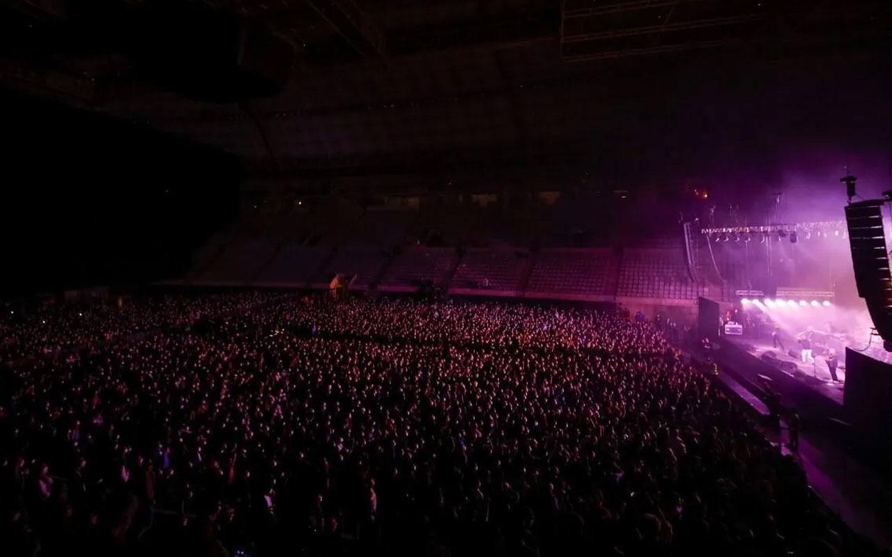 İspanya'da sosyal mesafesiz ilk konser! Tam 5 bin kişi katıldı