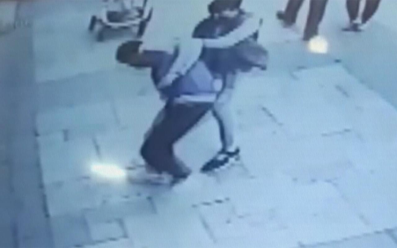 Denizli'de bir kişinin bacağından bıçaklandığı an kamerada