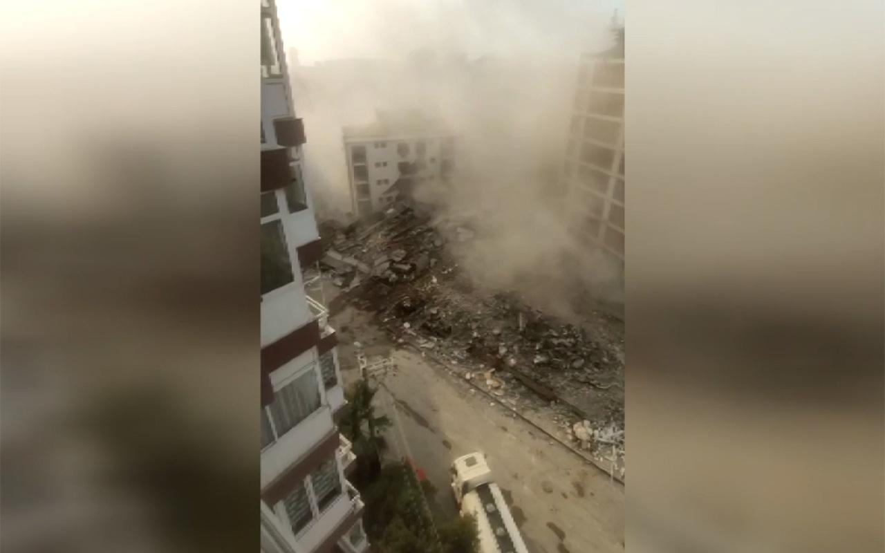 İzmir'de ağır hasarlı bina kontrollü yıkım yapılırken yanındaki binanın üzerine çöktü