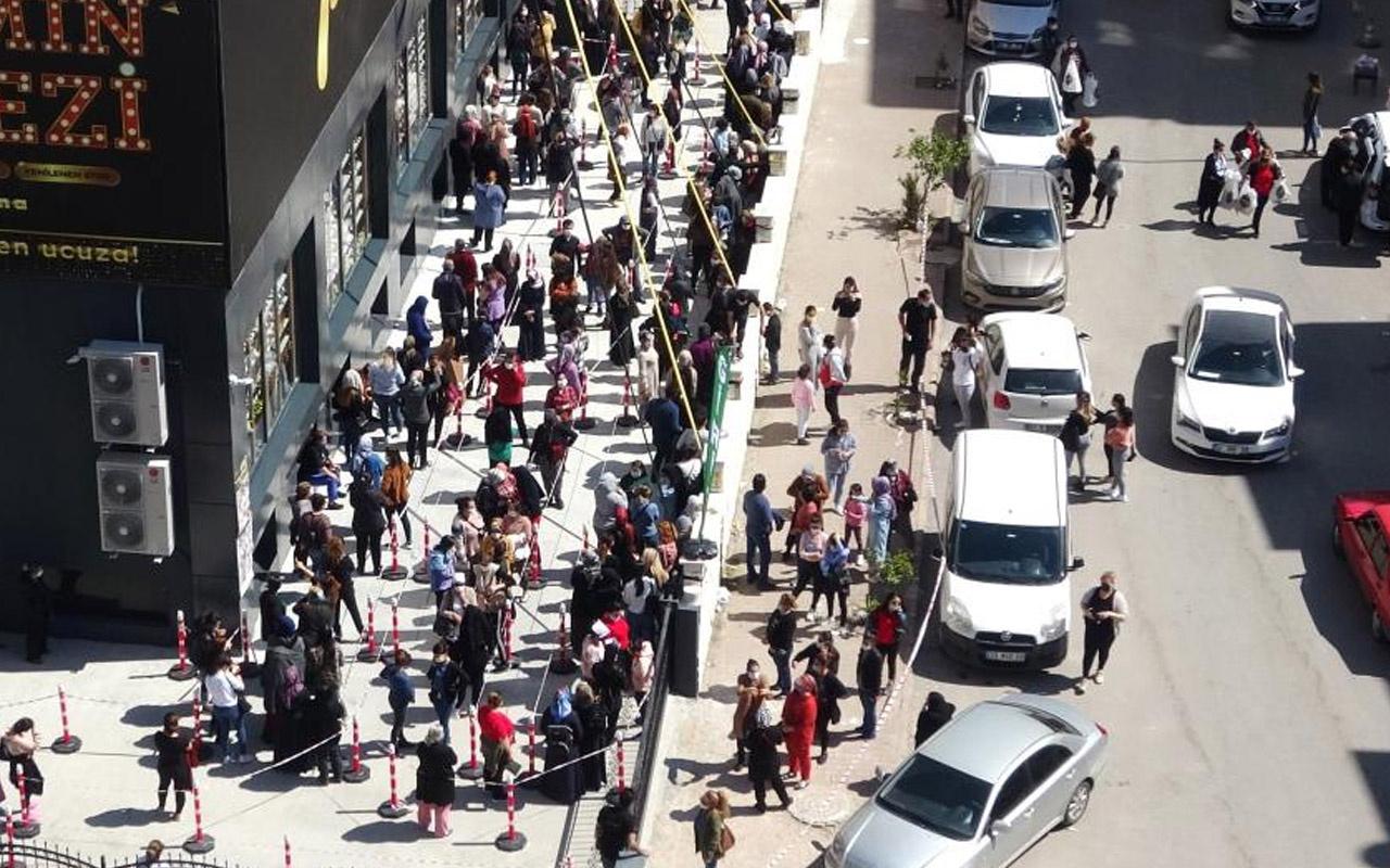 Adana'da salgın unutuldu halk akın etti! Dakikalarca kuyrukta sıra beklediler
