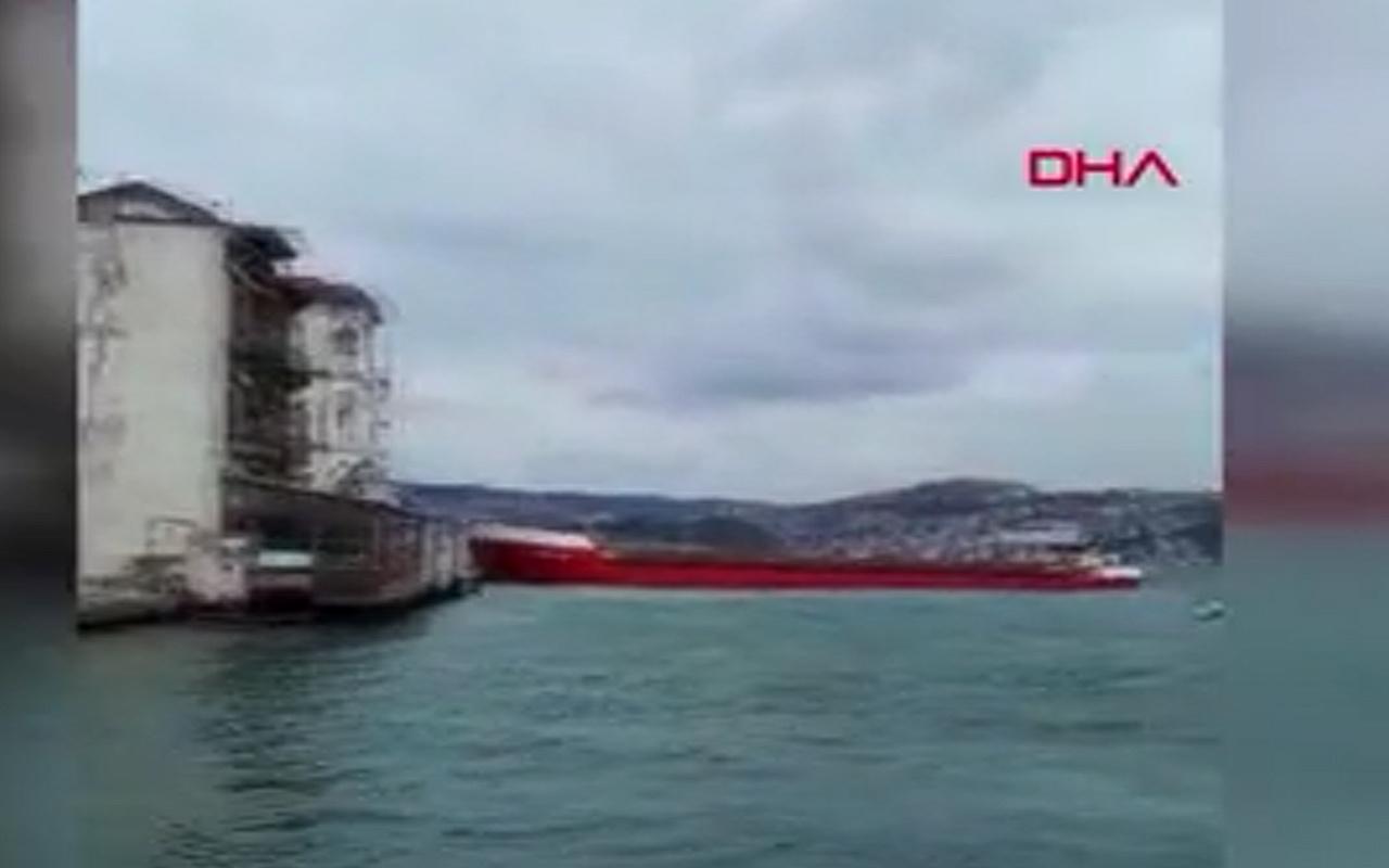 İstanbul Boğazı'nda sürüklenen gemi kıyıya 1 metre kala durabildi